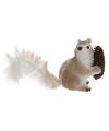 Eekhoorn met dennenappel 16 cm type 3