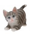 Kruipende katten beeldje grijs 18 cm