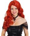 Krullende damespruik met rood haar