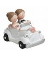 Trouwfiguurtje bruidspaar in witte auto