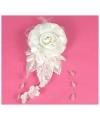 Witte haar accessoire met bloemen