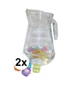2 stuks glazen schenkkannen 1 3 liter met ijsblokjes