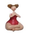 Beeld dikke dame yoga in rood badpak 10 cm