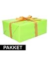 Groen inpakpapier pakket met goud lint en plakband