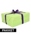Groen inpakpapier pakket met paars lint en plakband