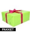 Groen inpakpapier pakket met roze lint en plakband