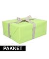 Groen inpakpapier pakket met zilver lint en plakband