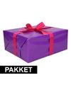 Paars inpakpapier pakket met roze lint en plakband
