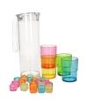 Plastic schenkkan met bekers en ijsblokjes